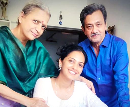 tejashri pradhan with aai baba