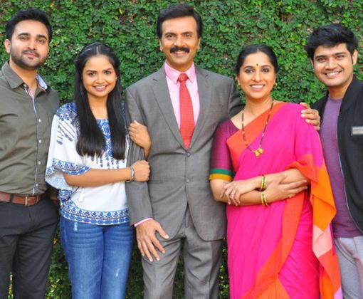 star cast of aai kuthe kay karte